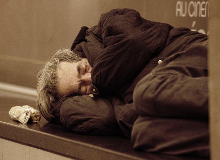 personne SDF qui dort