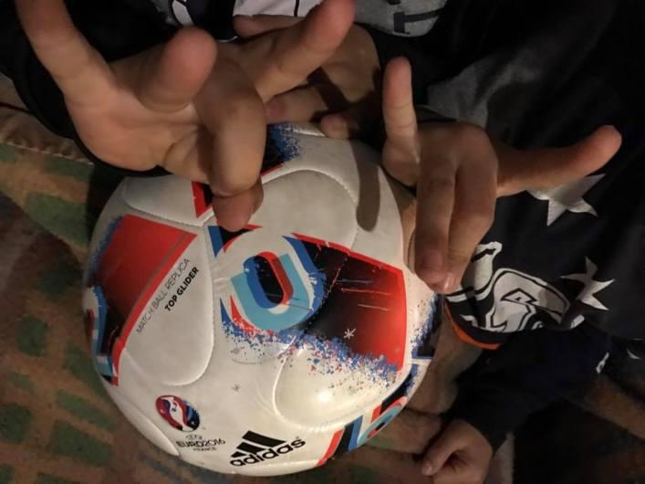 enfants roumains ballon de foot signe entourage